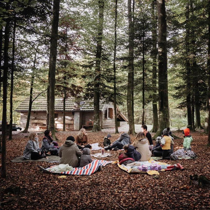 Cercles de femmes-mère dans la forêt