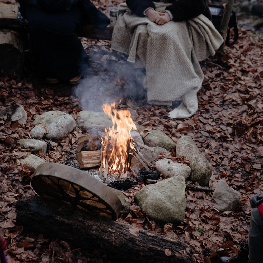 Cercles de femmes-mère dans la forêt autour d'un feu